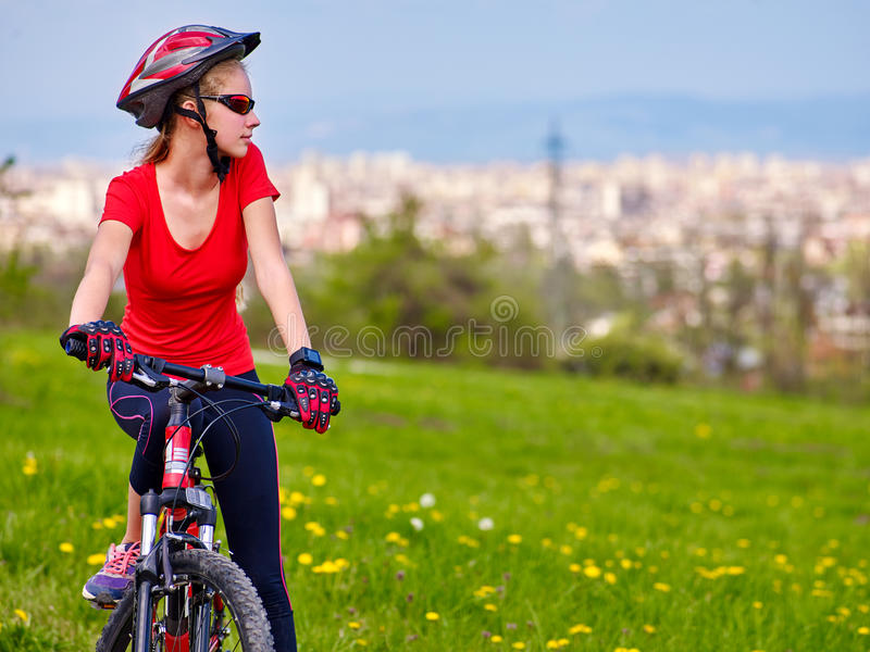 骑自行车循环的女孩佩带的盔甲 免版税图库摄影