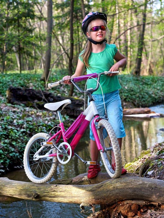 骑自行车循环的女孩循环的涉过在水中 免版税库存图片