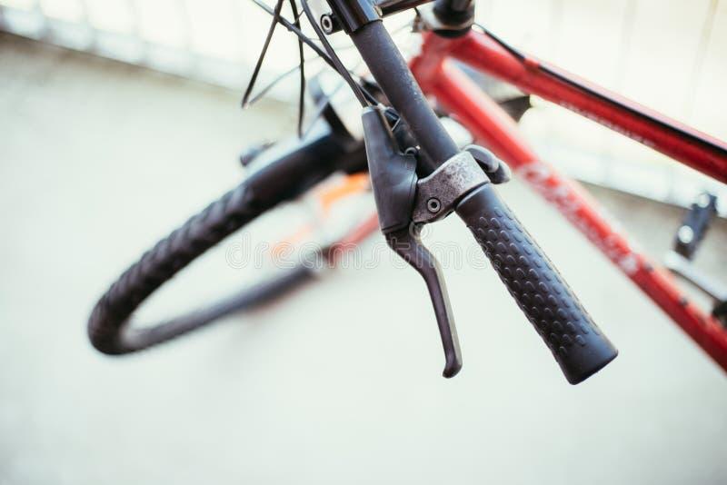 骑自行车把手和断裂,自行车修理,被弄脏的背景 免版税库存照片