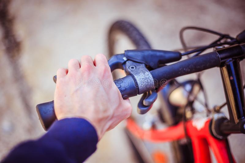 骑自行车把手和断裂,自行车修理,被弄脏的背景 库存照片