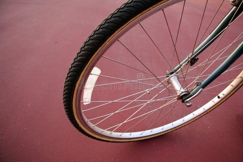 骑自行车接近的轮胎  免版税库存图片