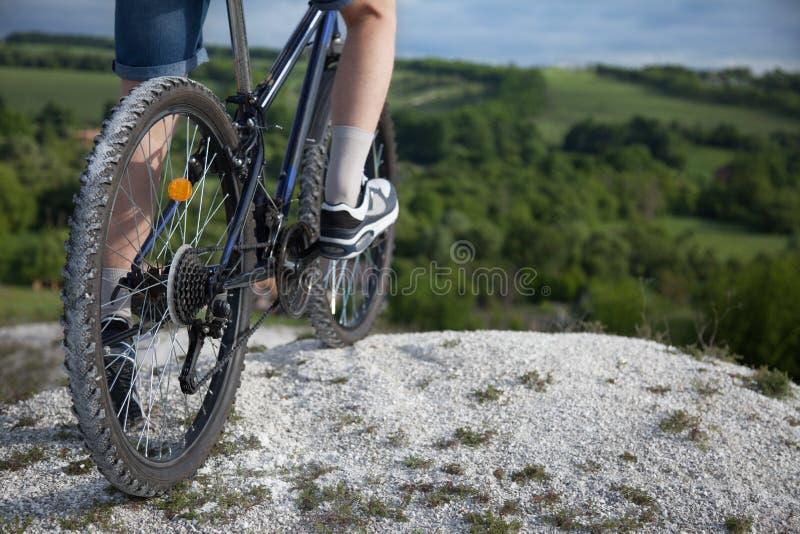 骑自行车浅骑自行车的骑自行车者深度域重点森林现有量山的透视图 体育和健康生活 极其体育运动 山bic 免版税图库摄影