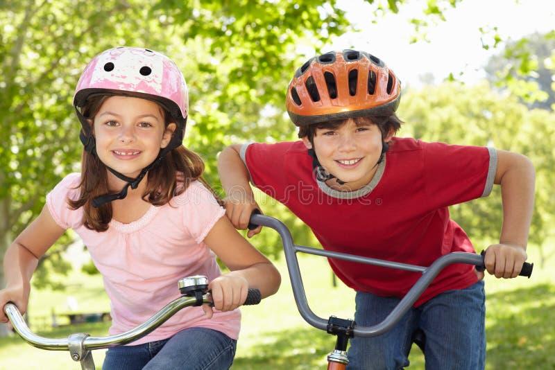 骑自行车男孩女孩骑马 图库摄影
