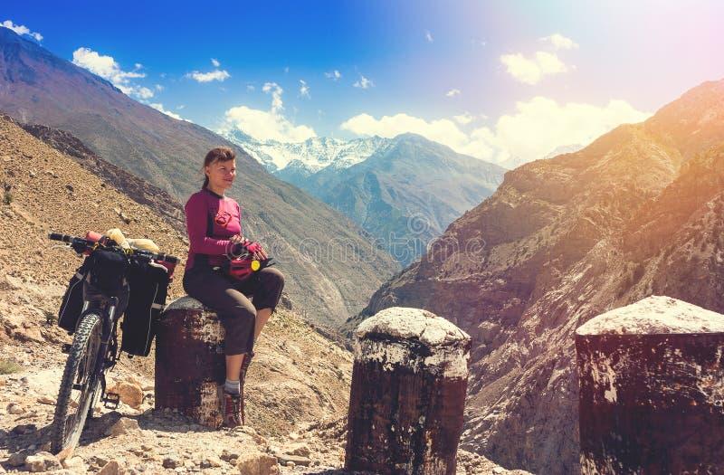 骑自行车的人在美丽的喜马拉雅山山放松 印度 免版税库存图片