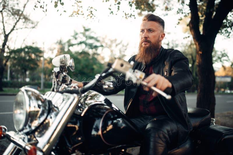 骑自行车的人坐摩托车,古典砍刀 免版税库存照片