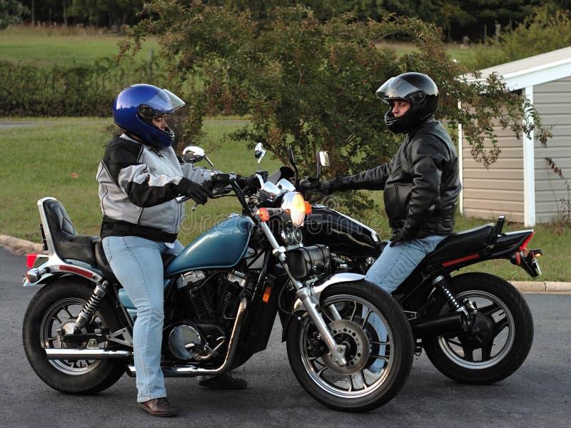 骑自行车的人夫妇 库存图片