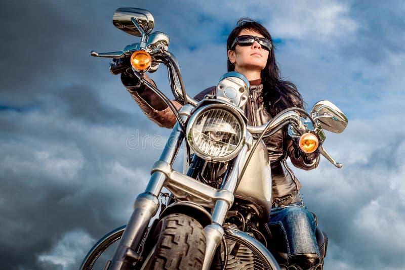 骑自行车的人女孩早晨摩托车射击 库存图片