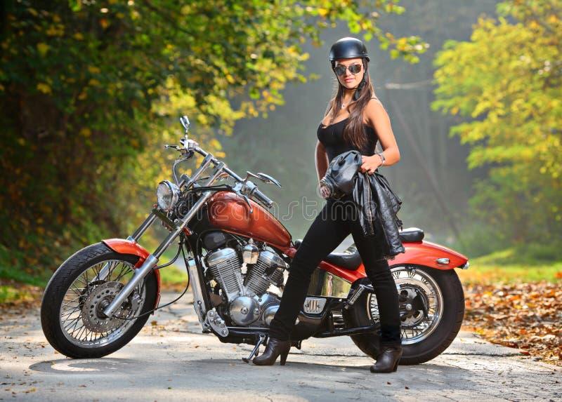骑自行车的人女孩 免版税库存照片