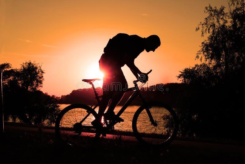 骑自行车的人山剪影 免版税图库摄影