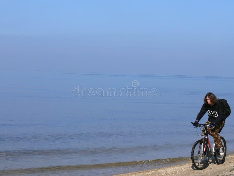 骑自行车的人海岸 图库摄影