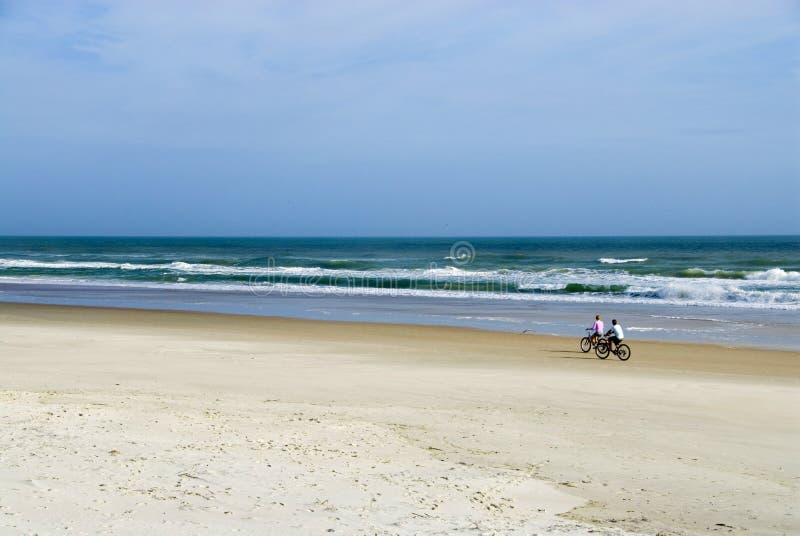 骑自行车的人海浪 免版税库存照片