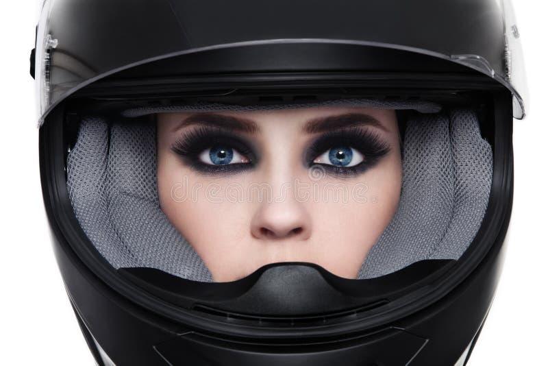 骑自行车的人盔甲的妇女 免版税库存照片