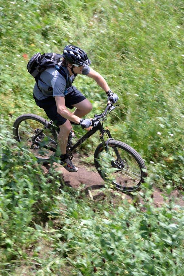 骑自行车的人行动山 库存照片