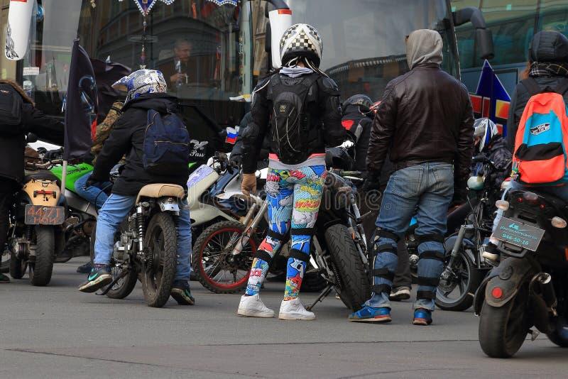 骑自行车的人见面 免版税库存照片