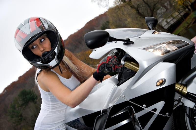 骑自行车的人金发碧眼的女人女孩 免版税库存图片