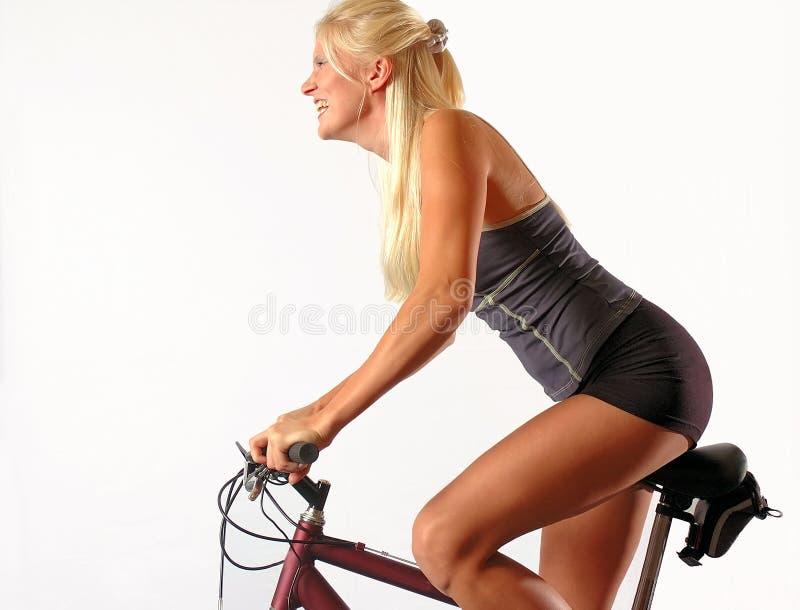骑自行车的人金发碧眼的女人 库存图片