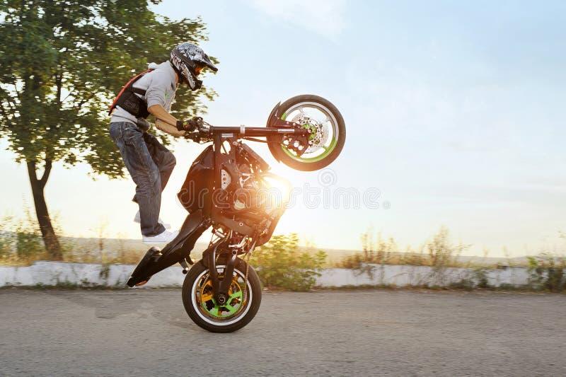 骑自行车的人黑白照片在摩托车跳跃,当乘坐时 库存照片