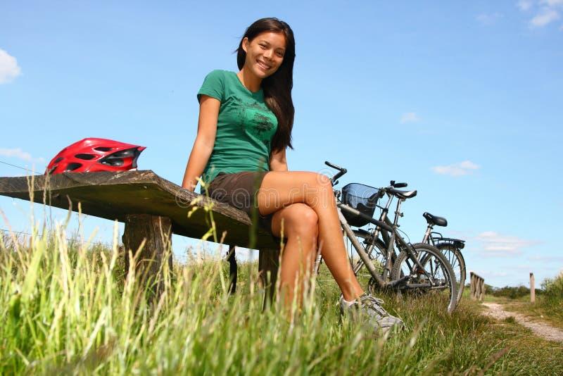 骑自行车的休息的妇女 免版税图库摄影