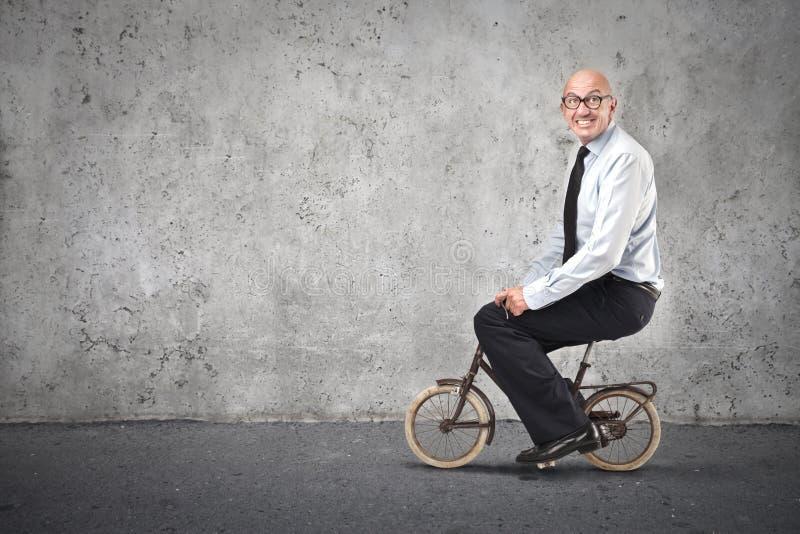 骑自行车的商人 免版税图库摄影