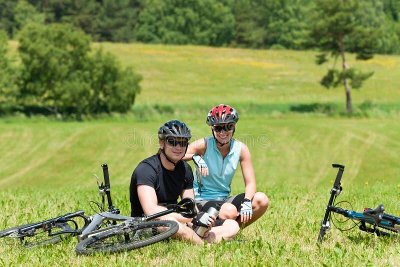 骑自行车的夫妇草甸山放松晴朗的体&# 免版税库存照片