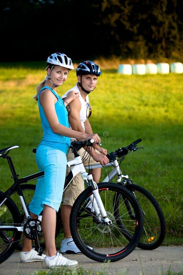 骑自行车的夫妇 免版税库存图片