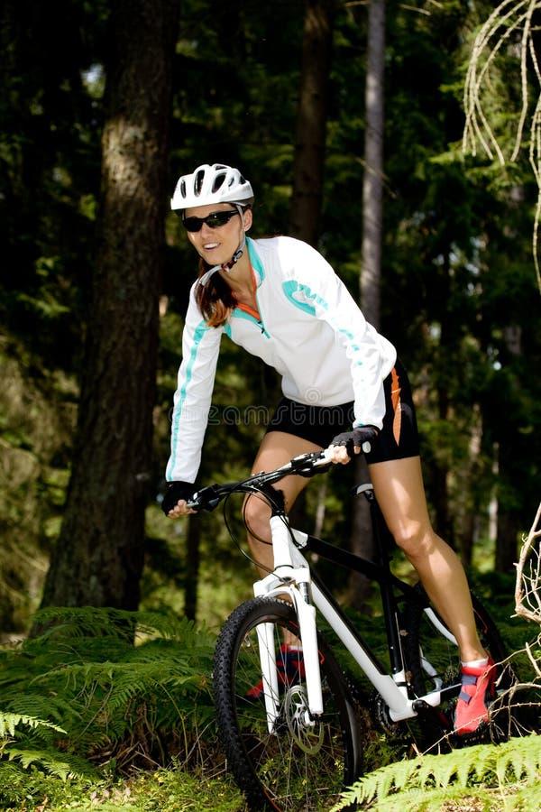 骑自行车的妇女 免版税库存照片