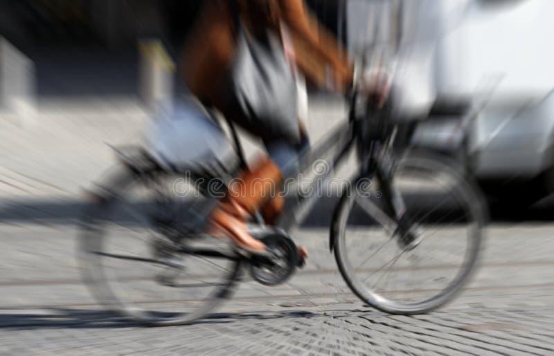 骑自行车的妇女 免版税图库摄影