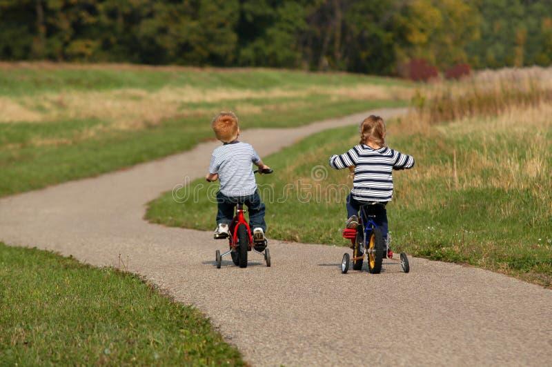 骑自行车的子项 免版税库存图片
