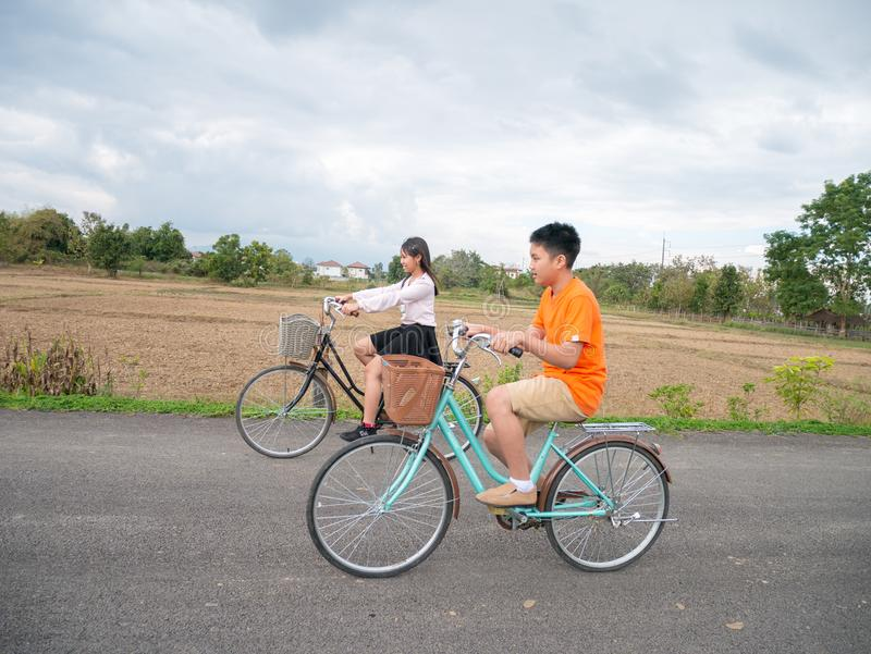 骑自行车的家庭 免版税库存图片