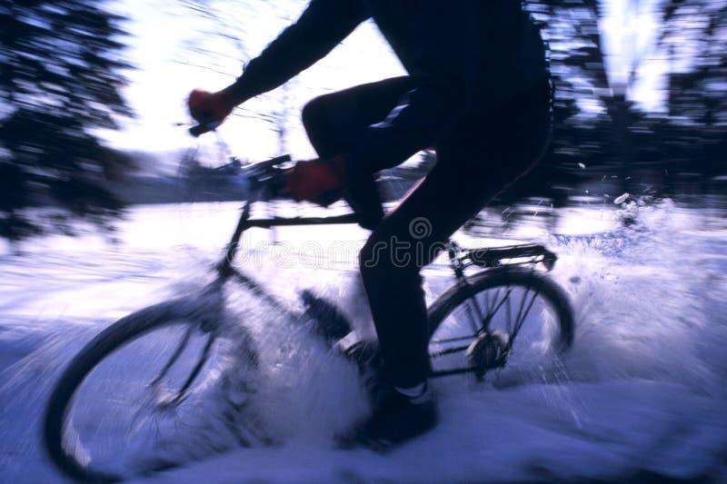 骑自行车的山冬天 免版税库存照片