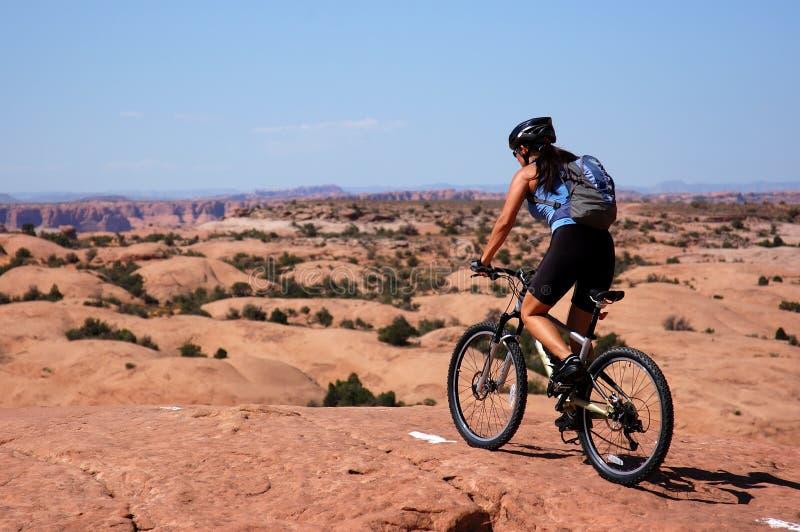 骑自行车的山妇女 免版税库存照片
