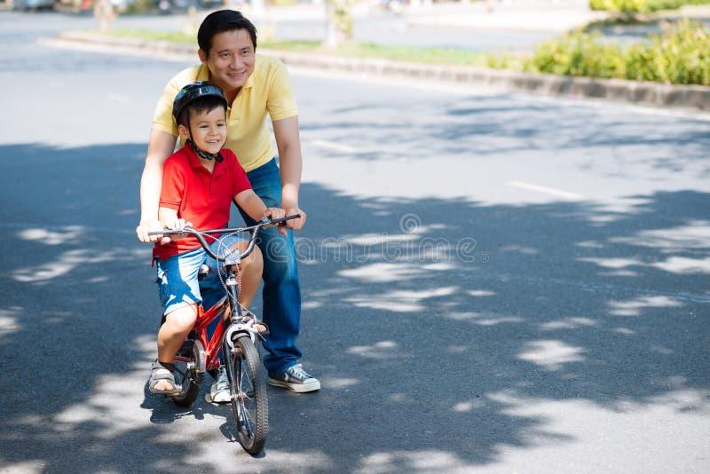 骑自行车的教学 免版税图库摄影