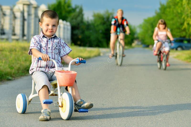 骑自行车的母亲和孩子 免版税图库摄影