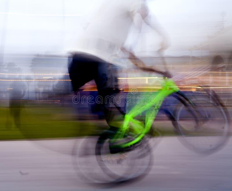 骑自行车的窍门自行车前轮离地平衡&# 免版税图库摄影