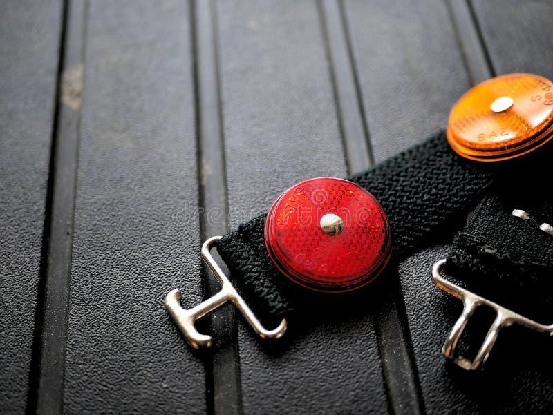 骑自行车的红色和橙色安全灯反射器,野营,公路安全 免版税库存照片