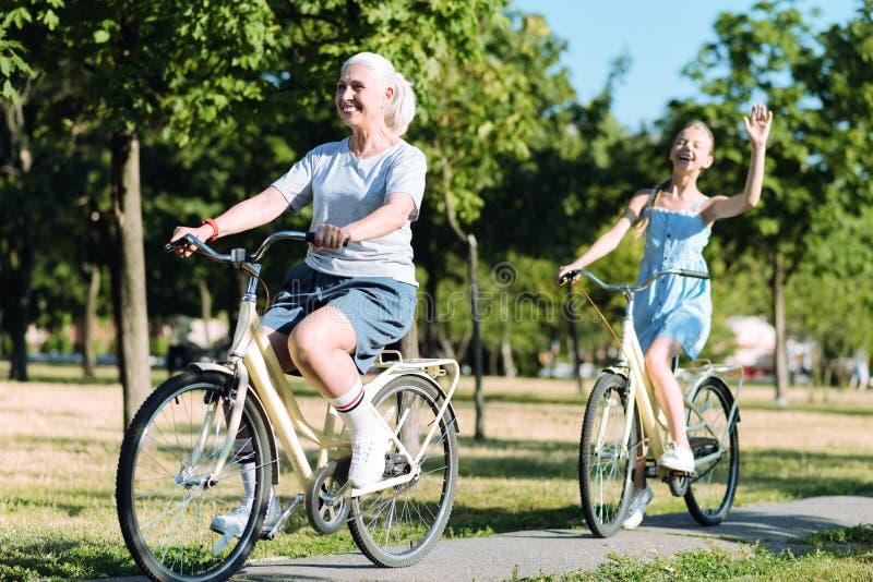骑自行车的高兴年长妇女 库存照片