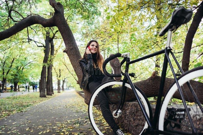骑自行车的年轻女性 库存图片