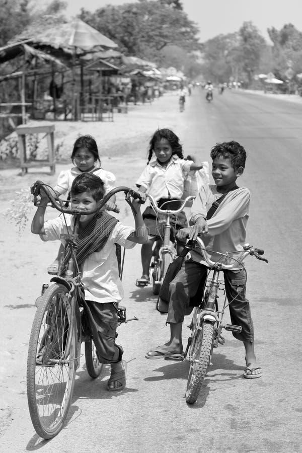 骑自行车的cambodja孩子 免版税库存照片
