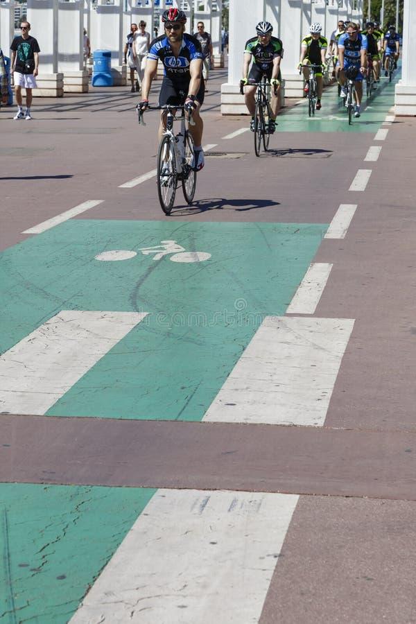 骑自行车者乘坐沿散步的自行车道路 免版税库存照片