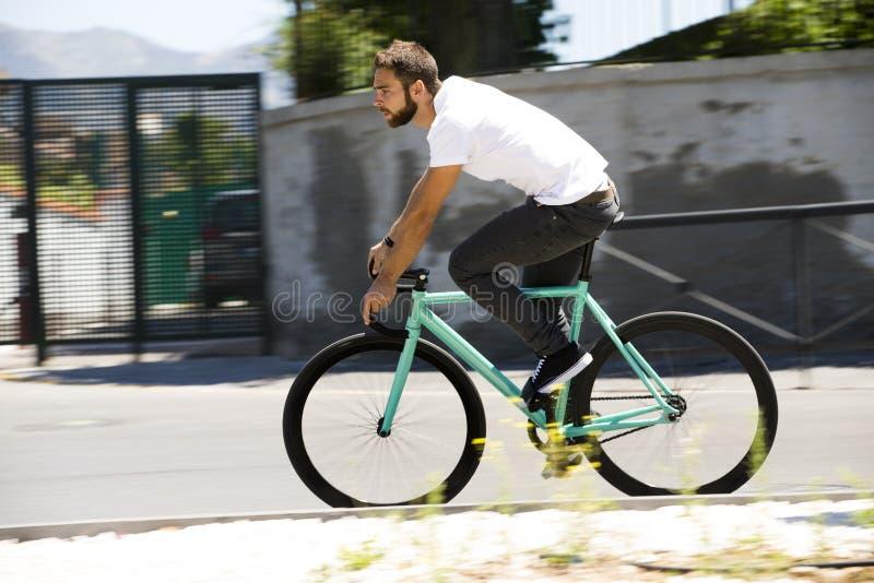 骑自行车者人乘坐的固定的齿轮体育自行车 免版税图库摄影