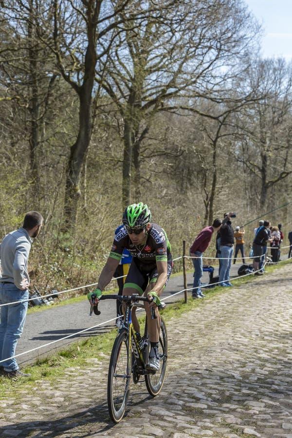 骑自行车者伯努瓦Jarrier在Arenberg-巴黎Roub森林里  免版税库存照片