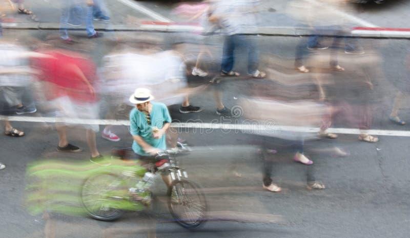 骑自行车者和步行者 免版税库存图片