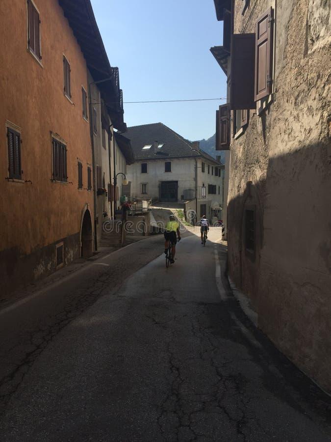 骑自行车者在意大利镇 免版税库存照片