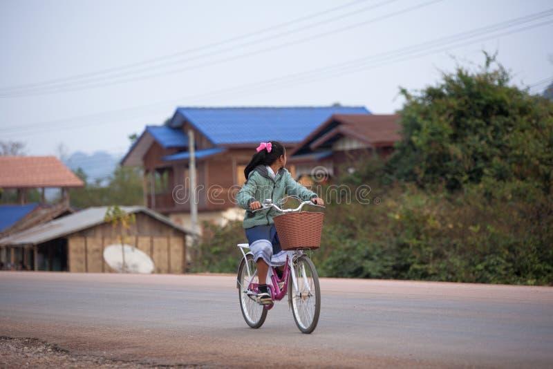 骑自行车者在老挝 库存照片