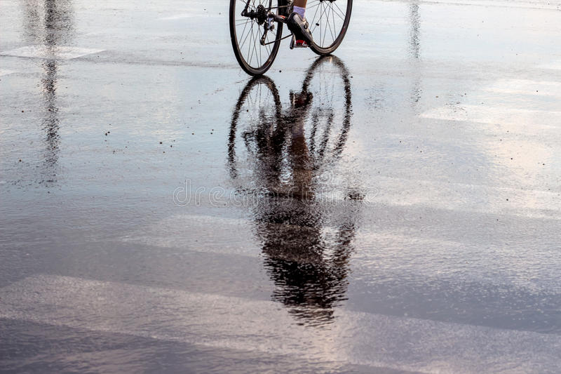 骑自行车者在雨中 免版税库存照片