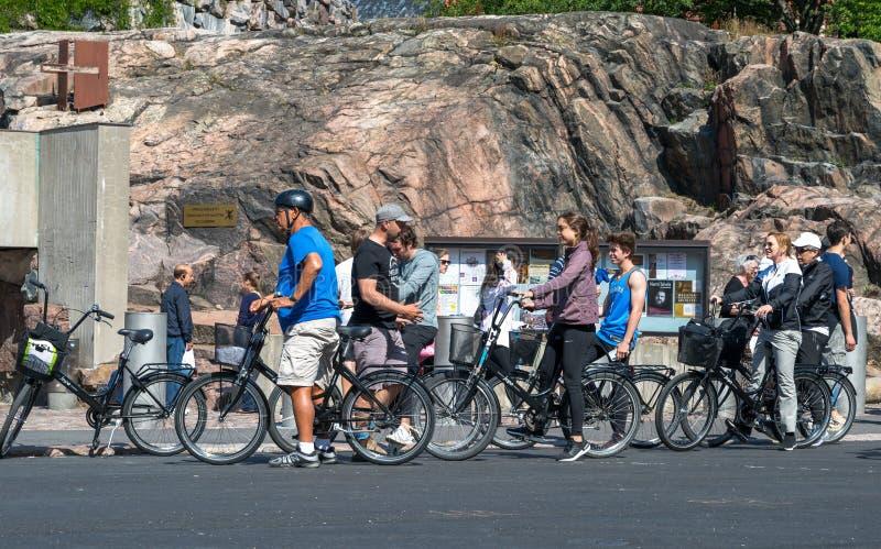 骑自行车者照片岩石教会外 图库摄影