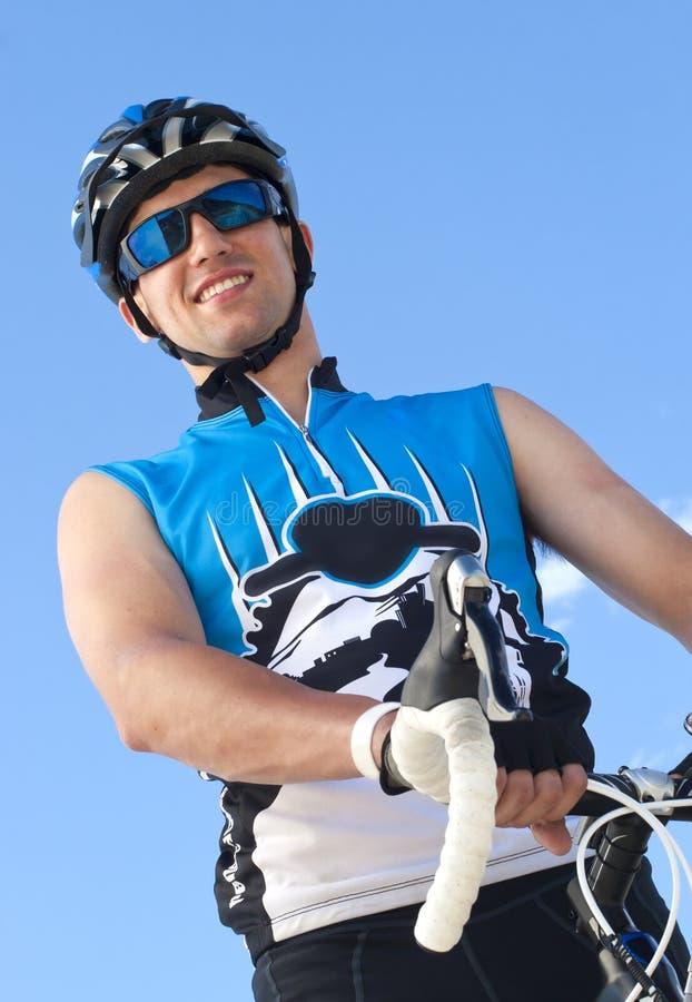 骑自行车者男微笑 库存照片