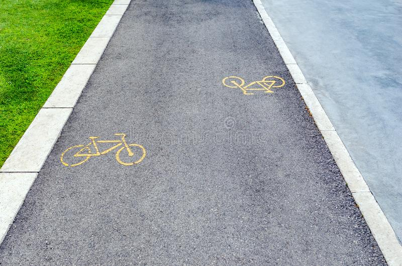 骑自行车者的柏油路 免版税库存图片