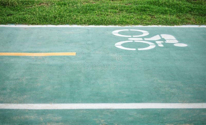 骑自行车者的自行车车道在公园 免版税图库摄影