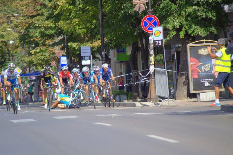 骑自行车者碰撞在种族结束 免版税库存照片